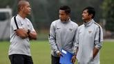 Pelatih Timnas Indonesia U-23 Indra Sjafri (kanan) berbicara dengan dua asistennya, Yunan Helmi (tengah) dan Nova Arianto (kiri). (ANTARA FOTO/R. Rekotomo)