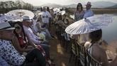 Tamu-tamu pernikahan dari kalangan atas Venezuela hadir dengan dandanan necis mereka, padahal di sekitar lokasi pesta warga hidup melarat. (AP Photo/Rodrigo Abd)