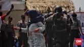 Petugas gabungan PMI, kepolisian, pemadam kebakaran dan SatPol PP melakukan simulasi lapangan penanganan korban akibat konflik pemilu, di lapangan Silang Monas. Jakarta, Selasa, (26/3). (CNNIndonesia/Adhi Wicaksono)