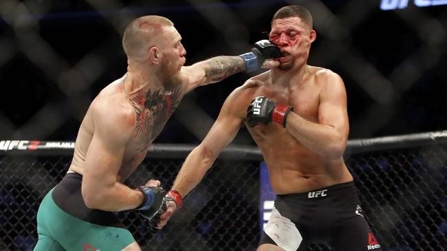 Conor McGregor kemudian balas dendam di pertarungan jilid kedua melawan Nate Diaz di Las Vegas, 20 Agustus 2016. McGregor menang angka usai lima ronde. (Steve Marcus/Getty Images/AFP)