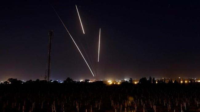 Israel menggencarkan gempurannya ke Jalur Gaza setelah sejumlah roket menerjang ibu kota mereka, Tel Aviv, hingga melukai enam orang. (Reuters/Amir Cohen)