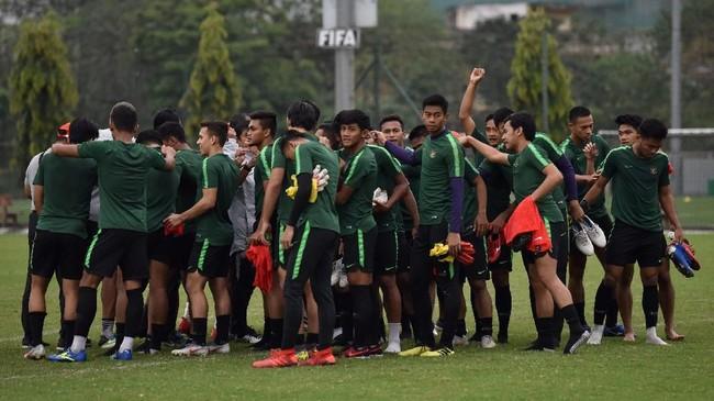 Timnas Indonesia U-23 berkumpul usai menjalani latihan terakhir jelang melawan Brunei Darussalam. Laga Timnas Indonesia U-23 vs Brunei akan digelar mulai pukul 17.00 WIB. (ANTARA FOTO/R. Rekotomo)