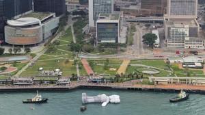 Karya Seniman KAWS Mengambang di Pelabuhan Hong Kong