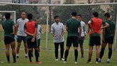 Pelatih Timnas Indonesia U-23 Indra Sjafri memberikan arahan kepada para pemain dalam sesi latihan di lapangan Vietnam Footbal Federation (WFF), Hanoi, Senin (25/3). (ANTARA FOTO/R. Rekotomo)