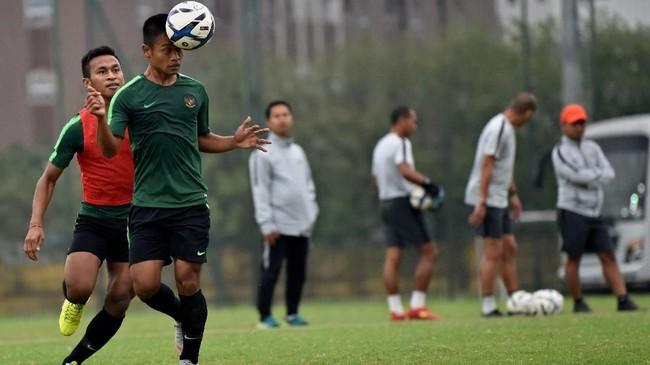 Pemain Timnas Indonesia U-23 Fredyan Wahyu (kedua kiri) menyundul bola dibayangi Osvaldo Haay (kanan). Indonesia dipastikan gagal pada babak kualifikasi setelah dikalahkan Thailand dan Vietnam. (ANTARA FOTO/R. Rekotomo)