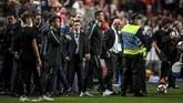 Cristiano Ronaldo berjalan meninggalkan lapangan setelah timnas Portugal ditahan imbang Serbia. (PATRICIA DE MELO MOREIRA / AFP)