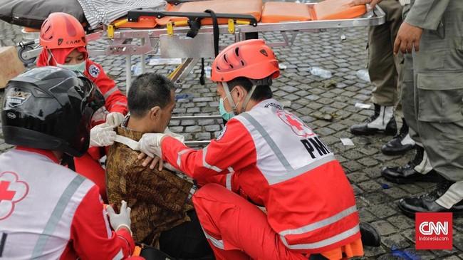 Petugas medis dari PMI ikut dilibatkan dalam simulasi untuk mengantisipasi korban akibat gangguan keamanan saat hari pencoblosan. (CNNIndonesia/Adhi Wicaksono)