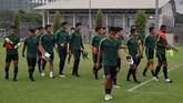 Para pemain Timnas Indonesia U-23 berjalan keluar meninggalkan lapangan latihan. Timnas Indonesia U-23 mengincar kemenangan pertama saat melawan Brunei. (ANTARA FOTO/R. Rekotomo)