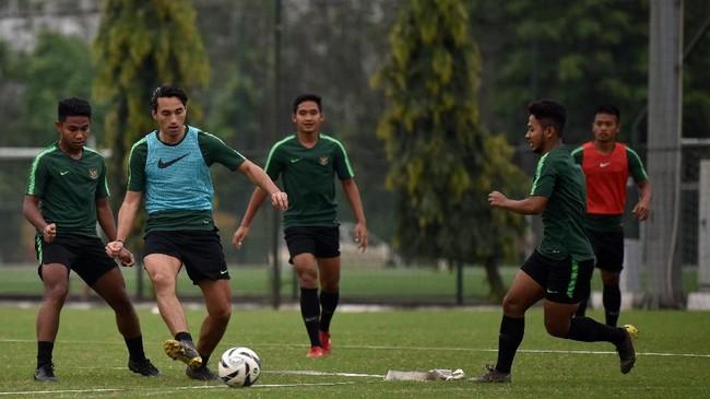 Penyerang naturalisasi Ezra Walian (kedua kiri) tetap menjalani latihan bersama Timnas Indonesia U-23 meski dilarang FIFA tampil di Kualifikasi Piala Asia U-23 2020. (ANTARA FOTO/R. Rekotomo)