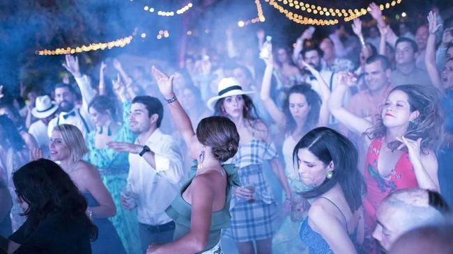 Pesta pernikahan mewah itu digelar dua hari dua malam. Para undangan mencicipi berkuda di pedesaan sampai berjoget di lantai dansa hingga menjelang fajar. (AP Photo/Rodrigo Abd)