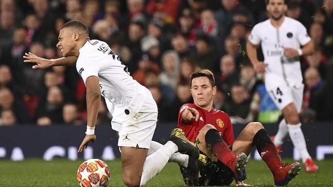 Ander Herrera dikabarkan El Periodico membuka kemungkinan pindah ke Paris Saint-Germain lantaran kontraknya di Manchester United hanya tersisa tiga bulan lagi. Sementara Mail menyebut Arsenal menaruh minat pada Herrera. (Photo by FRANCK FIFE / AFP)