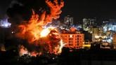 Jalur Gaza didera aksi saling serang sepanjang Senin (25/3) malam sebelum Israel dan Hamas menyepakati gencatan senjata menjelang pergantian hari. (AFP Photo/Mahmud Hams)