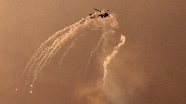 Perang semalam suntuk ini merupakan puncak dari ketegangan antara Israel dan kelompok penguasa Jalur Gaza, Hamas, yang sudah memanas sejak sekitar satu bulan belakangan. (AFP Photo/Mohammed Abed)