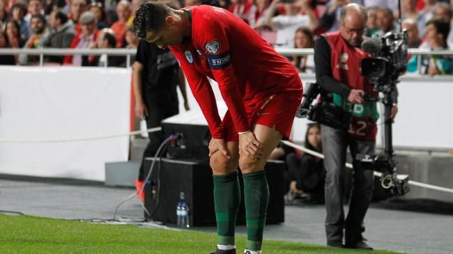 Laga memasuki menit ke-28, Cristiano Ronaldo berhenti berlari ketika mengejar bola di sisi kanan pertahanan Serbia. Ronaldo mengeluhkan sakit di bagian kaki kanan dan minta diganti. (REUTERS/Rafael Marchante)