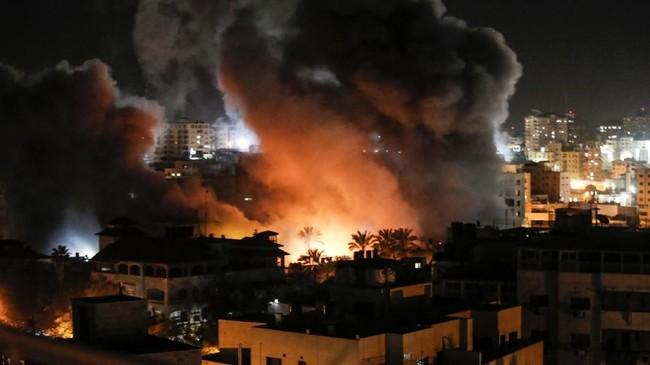 Kepolisian melaporkan bahwa roket yang diduga berasal dari Jalur Gaza itu jatuh di Mishmeret, sebuah kota pertanian di utara Tel Aviv, pada Minggu dini hari. (AFP Photo/Mahmud Hams)