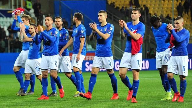 Para pemain timnas Italia merayakan kemenangan atas Liechtenstein. Dua kemenangan membuat Italia untuk sementara memuncaki klasemen Grup J dengan torehan enam poin, unggul dua poin atas Yunani. (REUTERS/Jennifer Lorenzini)