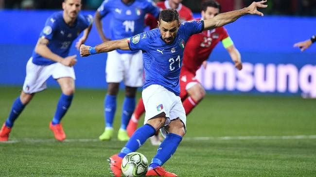 Top skor sementara Liga Italia musim ini Fabio Quagliarella kemudian menambah dua gol penalti pada menit ke-35 dan 45 untuk membuat timnas Italia unggul 4-0 di babak pertama. (REUTERS/Jennifer Lorenzini)
