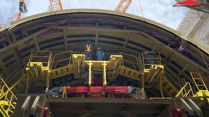 Progres konstruksi Proyek Kereta Cepat Jakarta Bandung (KCJB) makin dikebut dengan telah selesainya proses perakitan mesin Tunnel Boring Machine (TBM) yaitu alat bor raksasa yang didatangkan khusus dari Zhanghuabang Wharf, Shanghai Tiongkok.  Sejak pertama kali dirakit pada pertengahan Februari 2019,  alat bor raksasa ini kini segera dioperasikan menembus lapisan tanah di bawah tol Cikampek mulai KM 3+300, dari arah Jakarta. (Dok. KCIC)