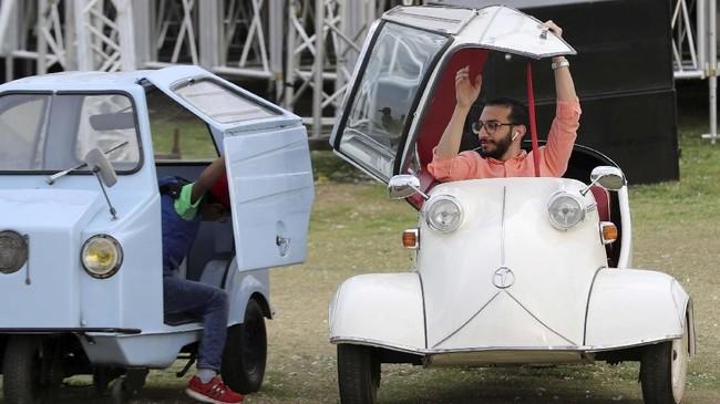Seorang pria pengunjung mencoba Messerschmitt KR200 'Kabinenroller' di acara ke-7 Cairo Classic Meet di Kairo, Mesir pada 23 Maret 2019. (REUTERS/Mohamed Abd El Ghany)