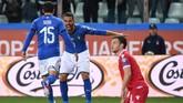 Timnas Italia mencetak gol pertama melalui sundulan Stefano Sensi pada menit ke-17 usai menerima umpan lambung Leonardo Spinazzola. (REUTERS/Jennifer Lorenzini)