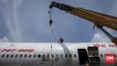 Pekerja mempersiapkan pegikat baja untuk memindahkan posisi badan pesawat sesuai pesanan. (CNN Indonesia/Safir Makki)