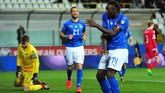 Moise Kean merayakan gol ke gawang Liechtenstein. Sebelumnya, penyerang 19 tahun itu juga mencetak satu gol saat timnas Italia mengalahkan Finlandia 2-0. (REUTERS/Jennifer Lorenzini)