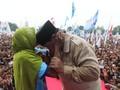Pelukan Prabowo ke Nenek di NTB dan Isu Miring Rp500 Ribu