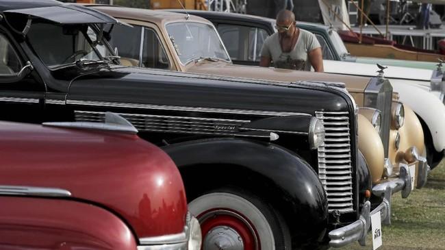 Seorang pria berdiri di antara mobil-mobil klasik yang melantai di acara ke-7 Cairo Classic Meet di Kairo, Mesir pada 23 Maret 2019. (REUTERS/Mohamed Abd El Ghany)
