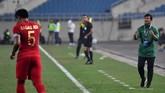 Pelatih Timnas Indonesia U-23 Indra Sjafri memberi instruksi kepada para pemain Garuda Muda. Indra mengincar kemenangan pertama bersama Timnas Indonesia U-23 di Kualifikasi Piala Asia U-23 2020. (ANTARA FOTO/R. Rekotomo)