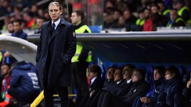 Pelatih timnas Italia Roberto Mancini melihat jalannya pertandingan melawan Liechtenstein dari pinggir lapangan Stadion Ennio Tardini. (REUTERS/Jennifer Lorenzini)