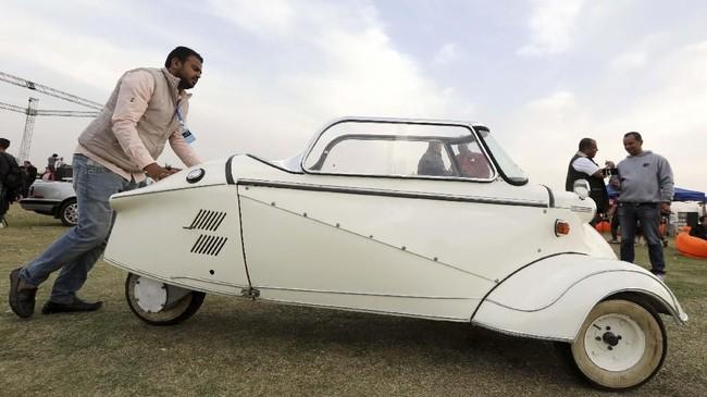 Messerschmitt KR200 'Kabinenroller' menyita perhatian pengujung ke-7 Cairo Classic Meet di Kairo, Mesir pada 23 Maret 2019. (REUTERS/Mohamed Abd El Ghany)