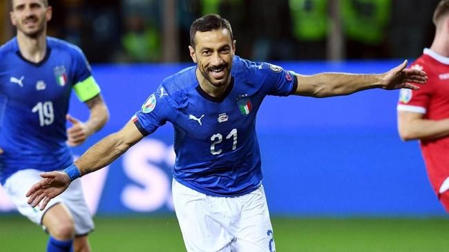 Fabio Quagliarella merayakan gol ke gawang Liechtenstein. Quagliarella tercatat sebagai pencetak gol tertua untuk timnas Italia di usia 36 tahun dan 54 hari. (REUTERS/Jennifer Lorenzini)