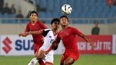 Pemain Timnas Indonesia U-23 Osvaldo Ardiles (kanan) berupaya mengontrol bola dengan dibayangi pesepak bola tim nasional Brunei Darussalam U-23 Azim Izamuddin. Indonesia benar-benar mendominasi laga melawan Brunei. (ANTARA FOTO/R. Rekotomo)