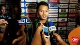 Penyerang Timnas Indonesia U-23 Dimas Drajad berhasil menggagal penalti pemain Brunei Darussalam Naziruddin Haji Ismail saat injury time babak kedua. (CNN Indonesia/Surya Sumirat)