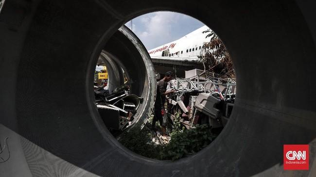 Setiap hari, pekerja mulai pagi hingga sore merampungkan pemasangan pesawat bekas ini sesuai target. (CNN Indonesia/Safir Makki)