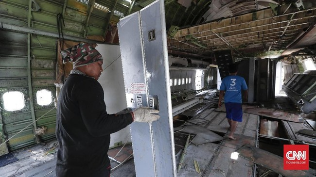 Para pekerja biasanya mendapat pesanan dari vendor ataupun perusahaan yang membeli pesawat bekas dan menyulapnya menjadi wahana permainan, simulator hingga restoran. (CNN Indonesia/Safir Makki)
