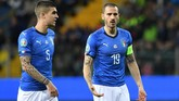 Dua pemain timnas Italia Leonardo Bonucci dan Gianluca Mancini. Tidak dimainkannya Giorgio Chiellini membuat Bonucci menjadi kapten timnas Italia. (REUTERS/Jennifer Lorenzini)