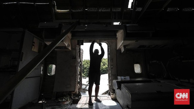 Tercatat, di Indonesia, pesawat bekas yang dimanfaatkan kembali menjadi restoran dan wahana bermain baru ada di Surabaya, Bali, Yogyakarta. (CNN Indonesia/Safir Makki)