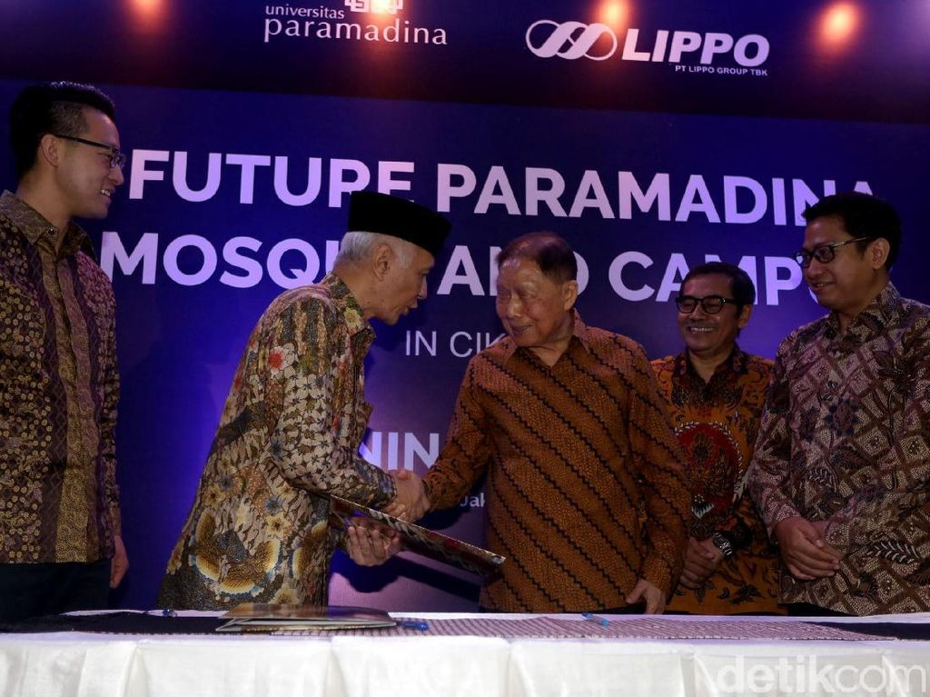 Founder Lippo Group Mochtar Riady berjabat tangan dengan Ketua Yayasan Wakaf Paramadina Hendro Martowardojo seusai penandatanganan kerja sama pembangunan masjid dan fasilitas pendidikan Universitas Paramadina Cikarang di Jakarta, Rabu (27/3/2019).