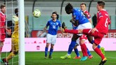 Penyerang muda Juventus Moise Kean memperlebar keunggulan timnas Italia menjadi 5-0 lewat gol sundulan pada menit ke-69 usai menerima umpan silang Fabio Quagliarella. (REUTERS/Jennifer Lorenzini)