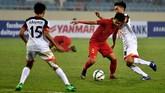 Pemain Timnas Indonesia U-23 Witan Sulaeman berduel dengan Azim Izamuddin (kanan) dan Rahmin Abdul Ghani (kiri). Indonesia kebobolan pada menit ke-85 melalui penalti Azim Izamuddin Suhaimi. (ANTARA FOTO/R. Rekotomo)