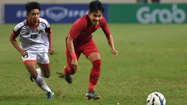 Pemain Timnas Indonesia U-23 Witan Sulaeman (kanan) berhasil menciptakan assist untuk gol pertama Garuda Muda yang dicetak Dimas Drajad. (ANTARA FOTO/R. Rekotomo)