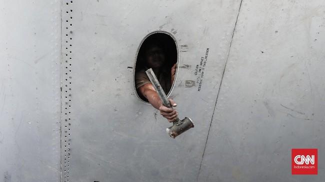 Layaknya mekanik, para pekerja mengganti onderdil yang rusak dengan yang baru agar pesawat tahan dan kuat. (CNN Indonesia/Safir Makki)