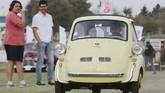 BMW Isetta salah satu cikal bakal mobil-mobil BMW berteknologi canggih unjuk gigi di acara ke-7 Cairo Classic Meet di Kairo, Mesir pada 23 Maret 2019. (REUTERS/Mohamed Abd El Ghany)