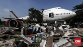 Pesawat Boeing 747-400 bekas dan tak berfungsi terdiri dari dua lantai ini akan disulap menjadi restoran di Bekasi, Jawa Barat, Rabu, 27 Maret 2019. (CNNIndonesia/Safir Makki)