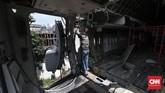 Ada 20 orang pekerja yang memilliki pengalaman dan keahlian masing-masing bertugas membongkar dan memasang kembali rangkaian badan pesawat ini. (CNN Indonesia/Safir Makki)