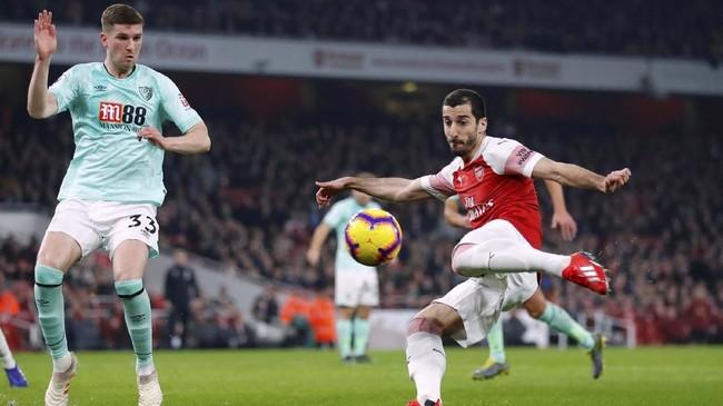 Arsenal berencana melego Henrikh Mkhitaryan dan Mesut Ozil untuk mengurangi beban gaji. Dilansir Mirror, langkah ini dilakukan agar bisa mendatangkan Kieran Tierney (Celtics) dan Nicolo Barella (Cagliari). (REUTERS/Eddie Keogh)