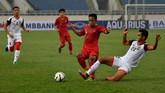 Pemain timnas Indonesia U-23 Fredyan Wahyu (kedua kanan) berebut bola dengan Muhammad Hanif Hamir. Indonesia mencetak gol pertama lewat Dimas Drajad pada menit ke-31. (ANTARA FOTO/R. Rekotomo)