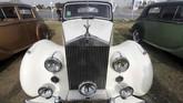 Rolls Royce Silver Wraith salah satu model klasik berdamping dengan mobil klasik lain di acara ke-7 Cairo Classic Meet di Kairo, Mesir pada 23 Maret 2019. (REUTERS/Mohamed Abd El Ghany)