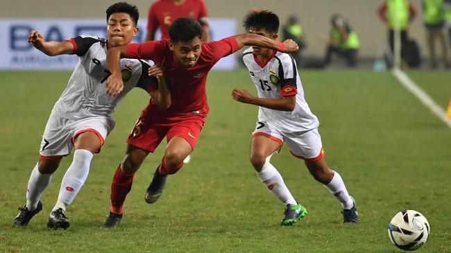 Saddil Ramdani berduel dengan Muhammad Nur (kiri) dan Rahmin Abdul Ghani. Indonesia kehilangan kiper Muhammad Riyandi karena mendapat dua kartu kuning. (ANTARA FOTO/R. Rekotomo)
